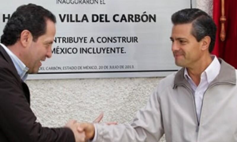 El gobernador del Edomex y el presidente Peña Nieto develaron la placa de hospital. (Foto: Tomada de Presidencia de la República)