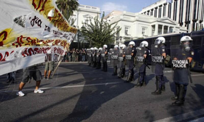 Anarquistas marcharon este sábado por la plaza Syntagma en contra de las medidas de austeridad y las medidas fiscales del Gobierno griego. (Foto: Reuters)