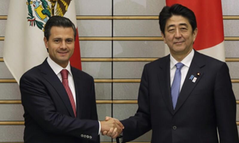 El primer ministro nipón, Shinzo Abe (derecha), recordó que México es el centro de producción estratégico de la potente industria automotriz japonesa. (Foto: Reuters)