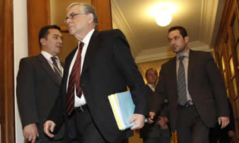 Lucas Papademos, primer ministro de Grecia, señaló este viernes que los miembros del gabinete que están en contra del rescate no podían seguir en el Gobierno. (Foto: AP)