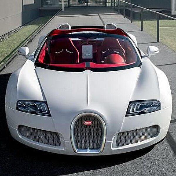 Bugatti reveló una nueva edición del Veyron en el Salón de Beijing 2012, denominada Wei Long Edition, como parte de la celebración del Año del Dragón en China.