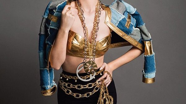 Como si ser una de las estrellas pop del momento fuera poco, la cantante saca su faceta de top model junto a la marca que lidera el diseñador Jeremy Scott para esta temporada.