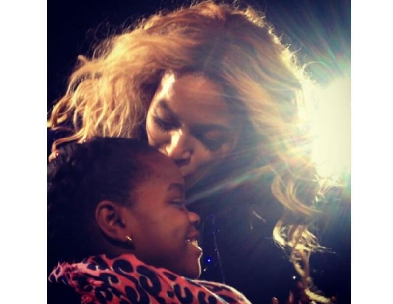 La joven Mercy James recibió un tierno beso por parte de la cantante, mismo que fue captado por su célebre mamá.