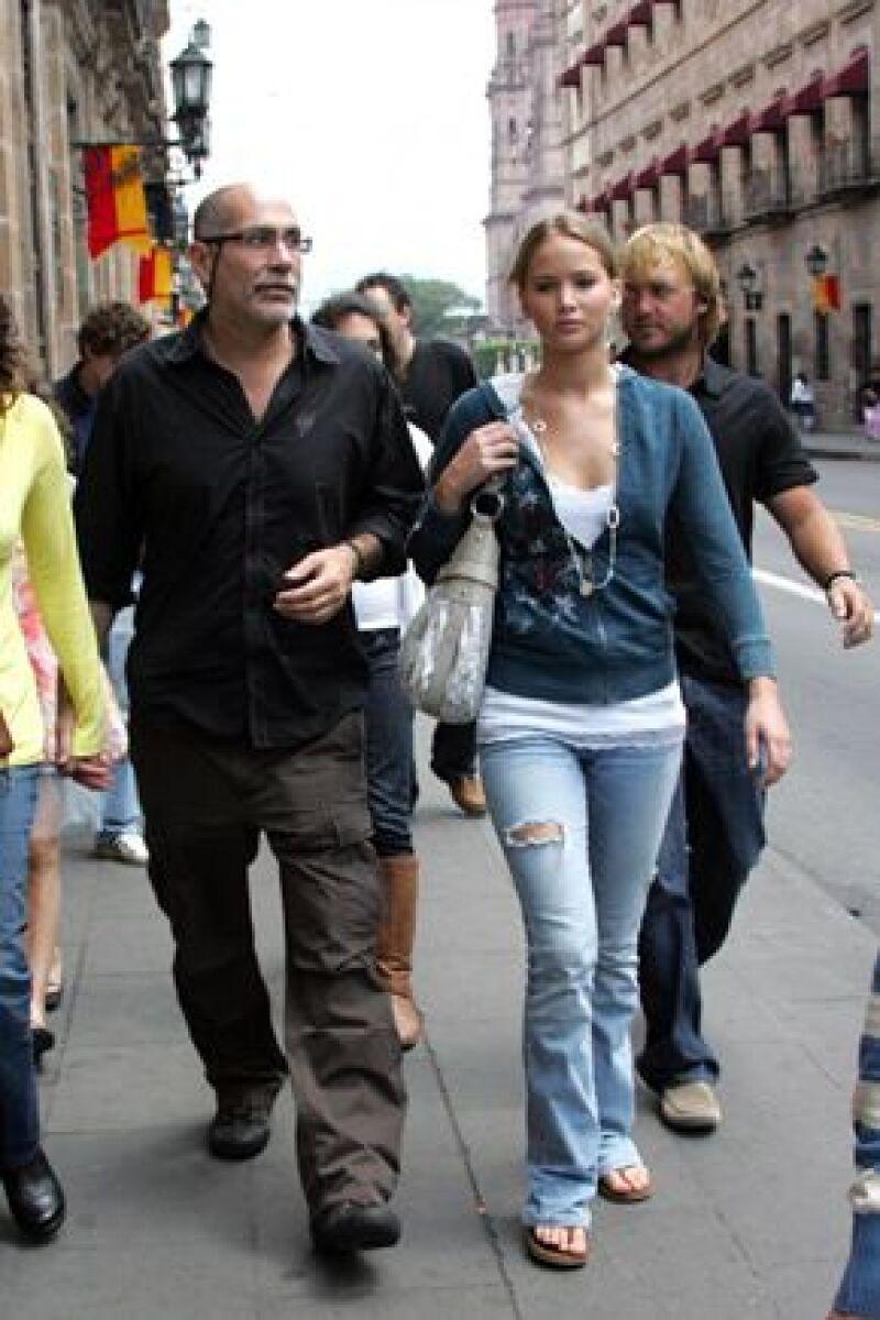 El guionista y director mexicano paseó por las calles de la capital michoacana con parte del elenco de la película The Burning Plain.