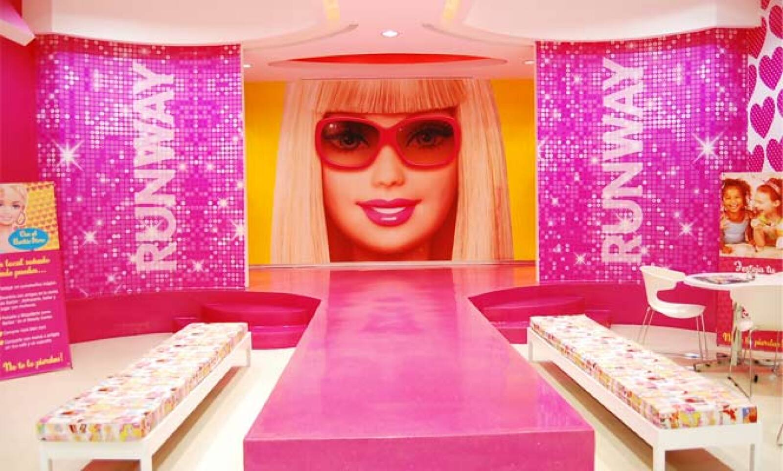Para los papás, existe Barbie Gourmet, un espacio donde podrán disfrutar de una taza de café acompañado de un cupcake 'Barbie'.