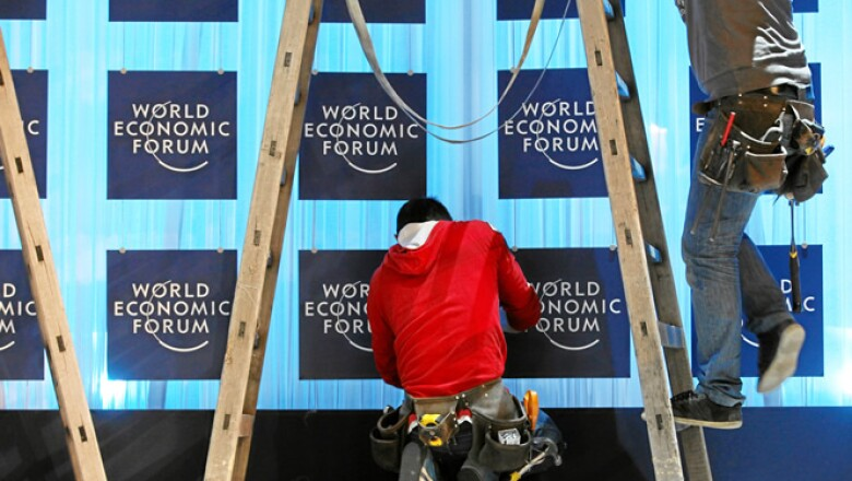 Los preparativos en Davos llegan a su etapa final. Miembros del equipo técnico trabajan para adecuar los espacios comunes.