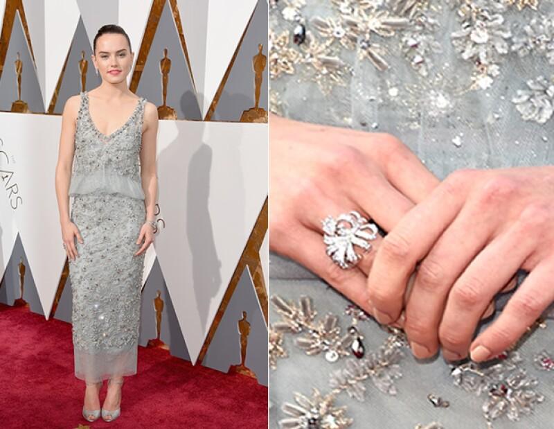 El vestido fue confeccionado en tul pintado a mano,así como bordado por más de 25 costureras.