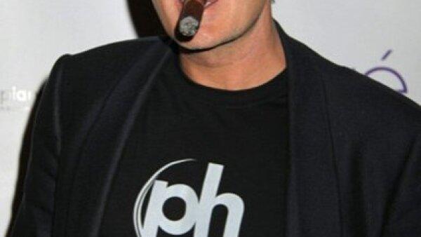 Se dice que Charlie Sheen usa bigote para pasar inadvertido y así poder encontrarse con su amante quien le cobra tres mil dólares por hora por su compañía.