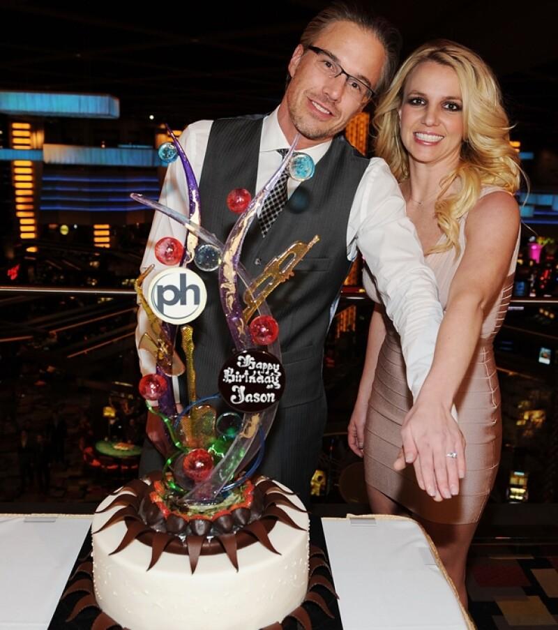 La princesa del pop lució su anillo de compromiso durante una fiesta celebrada en honor del 40 cumpleaños de su prometido, Jason Trawick.