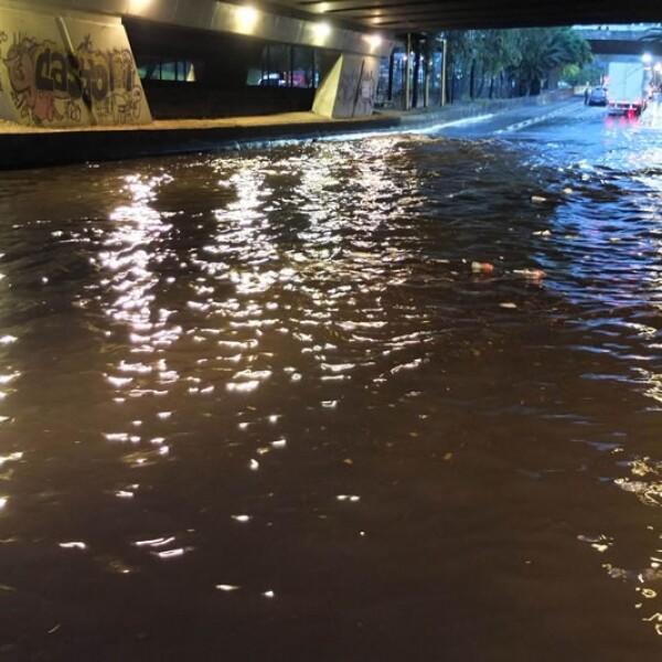 Una inundación registrada este miércoles bajo los puentes de la avenida Insurgentes Norte en la Ciudad de México causó estragos a los automovilistas