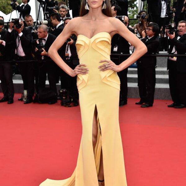 La guapísima Izabel Goulart soprendió en un vestido Georges Hobeika de SS 2012.