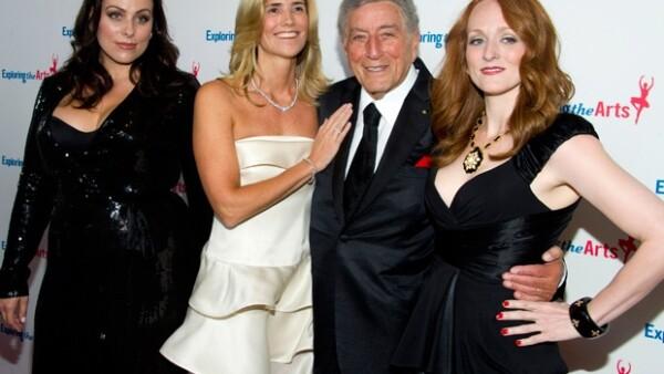 La cantante mexicana y su esposo Tommy Mottola asistieron al cumpleaños 85 del gran intérprete.