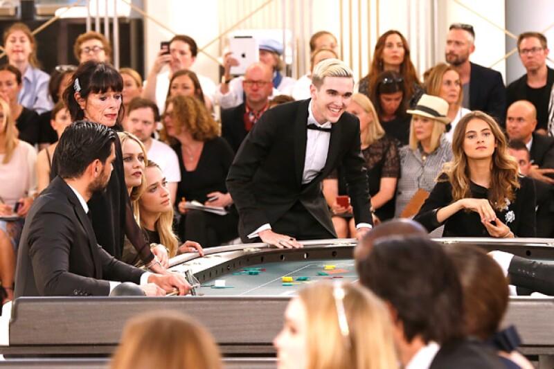 Gabriel-Kane participó en un juego de casino durante el desfile de Chanel, al lado de celebridades como Vanessa Paradis.