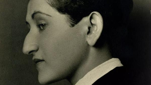 AnitaBrenner-foto de Tina Modotti- Retrato de Anita Brenner, Tina Modotti, 1925.png
