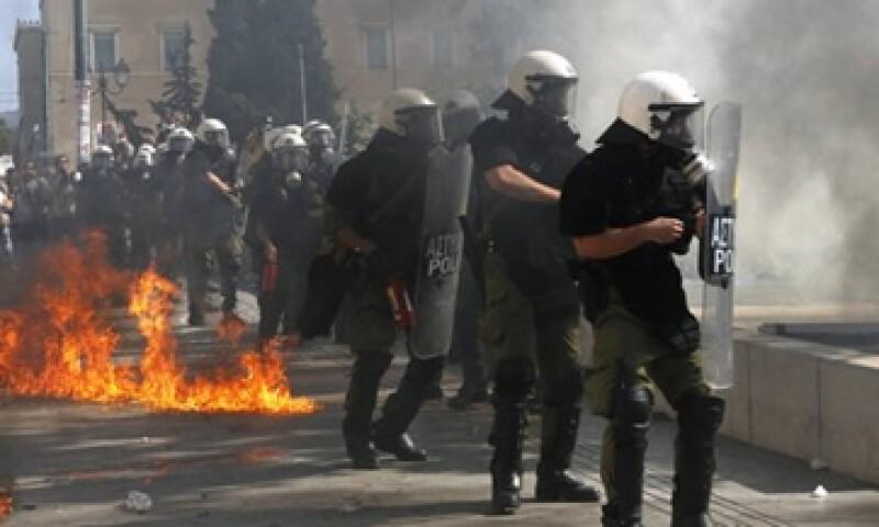 Algunos manifestantes lanzaron bombas incendiarias a la policía antidisturbios durante las protestas en Grecia.  (Foto: Reuters)