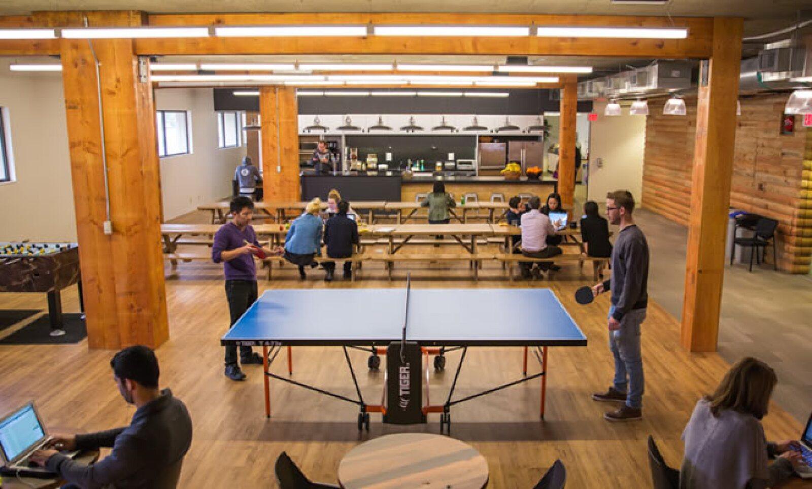 El comedor cuenta con mesa de ping pong y futbolito