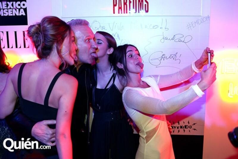 Las actrices se divirtieron mucho en compañía del invitado de la noche.