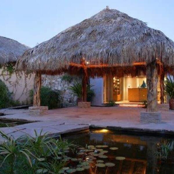 El hotel incluye 57 habitaciones, 60 villas privadas, spa con servicios completos y un restaurante de firma propia.