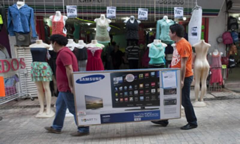 La mayoría de los compradores prefiere pagar en efectivo que con tarjetas de crédito o débito. (Foto: Cuartoscuro )