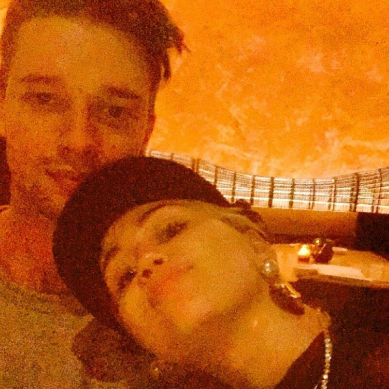 El novio de Miley Cyrus publicó una foto en Instagram, en la que se ve a la pareja feliz de celebrar juntos el 14 de febrero.