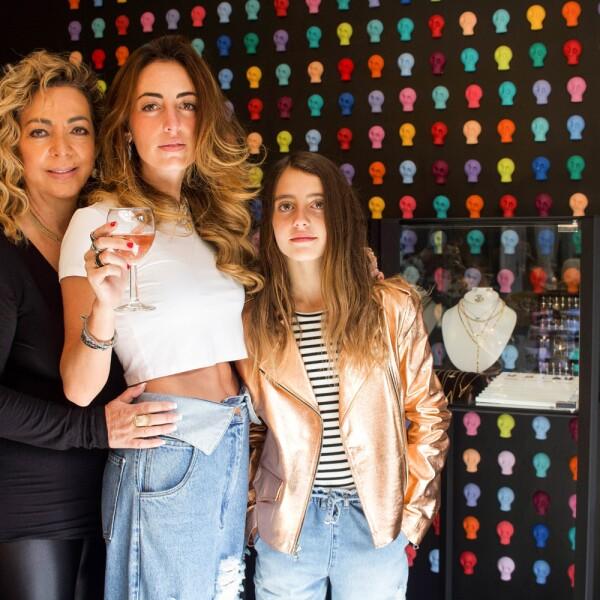 Miriam Dichi (mamá de la diseñadora), Vanesaa Attie (diseñadora y Gabriela Attie (hija de Vanessa).jpg