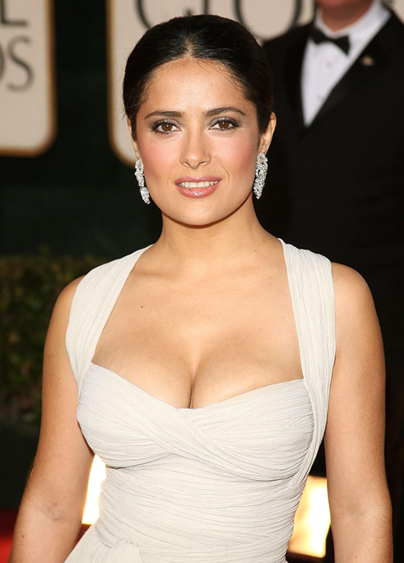 En los Golden Globe Awards 2009, la mexicana impresionó con este elegante y sexy vestido.