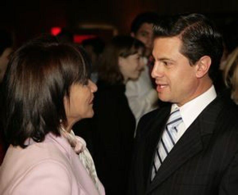 Paty Chapoy platicó unos momentos con el gobernador y le preguntó sobre su ausente novia, Angélica Rivera.