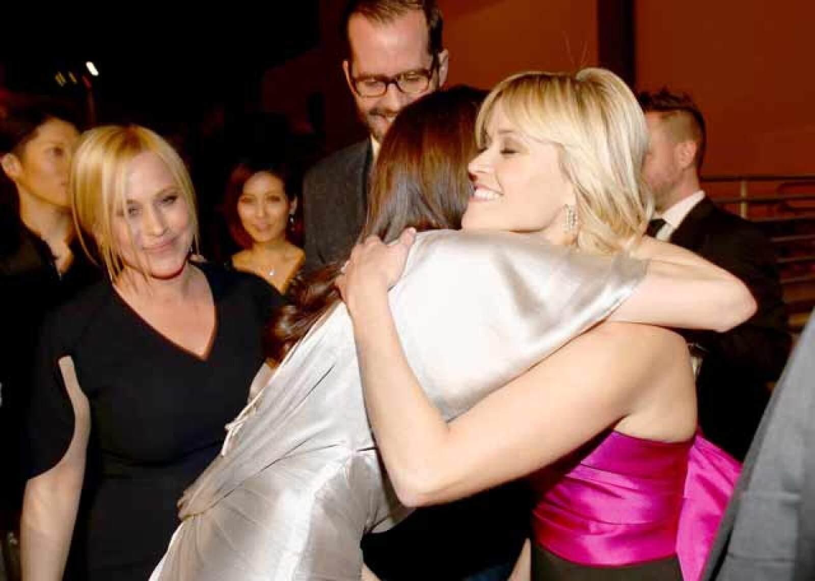 Continuando con el momento de los abrazos a Angelina, Reese también tuvo su oportunidad, e incluso Patricia Arquette fue captada mirando y esperando a ser la siguiente.