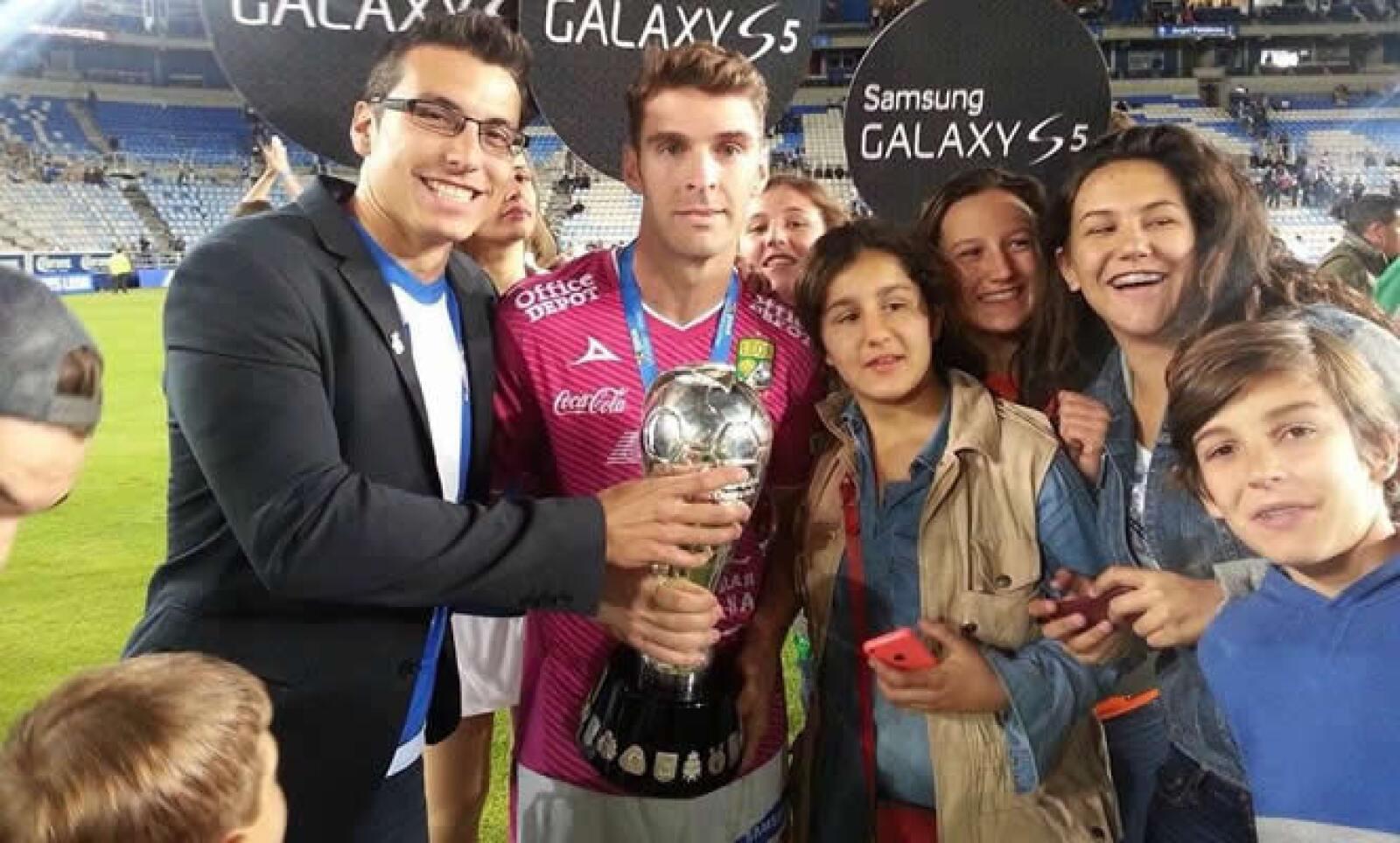 Luis Rivera se unió al festejo del León con el delantero del campeó, Mauro Boselli.