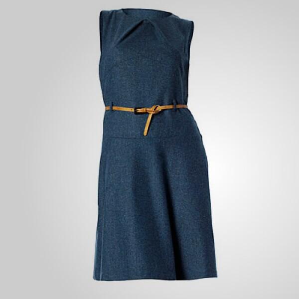 Esta opción de vestido en color azul sin mangas y cinturón dorado puede funcionar para esa reunión a media tarde con tus amigas.