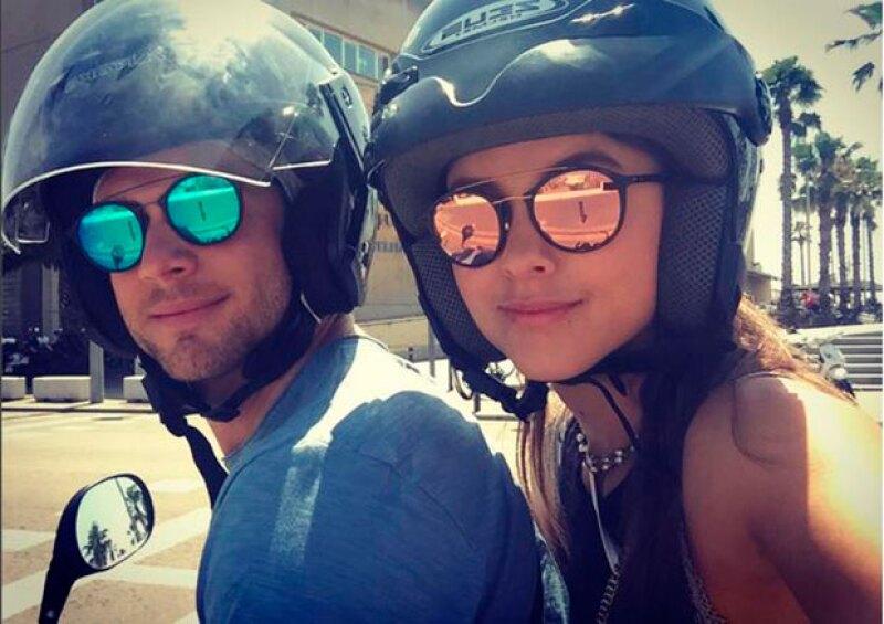 Pau Goto y Pancheri a bordo de una moto en Barcelona.