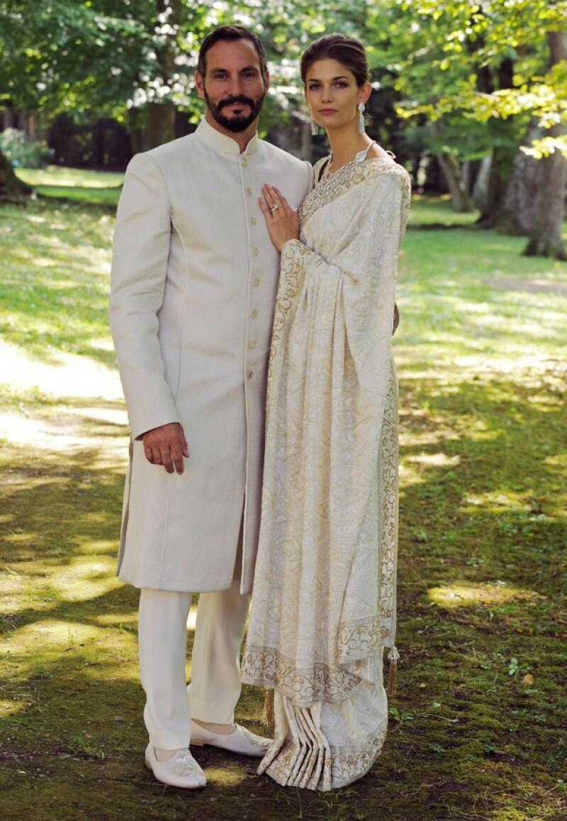 La novia lució espectacular con este majestuoso sari de color dorado y marfil con bordados.