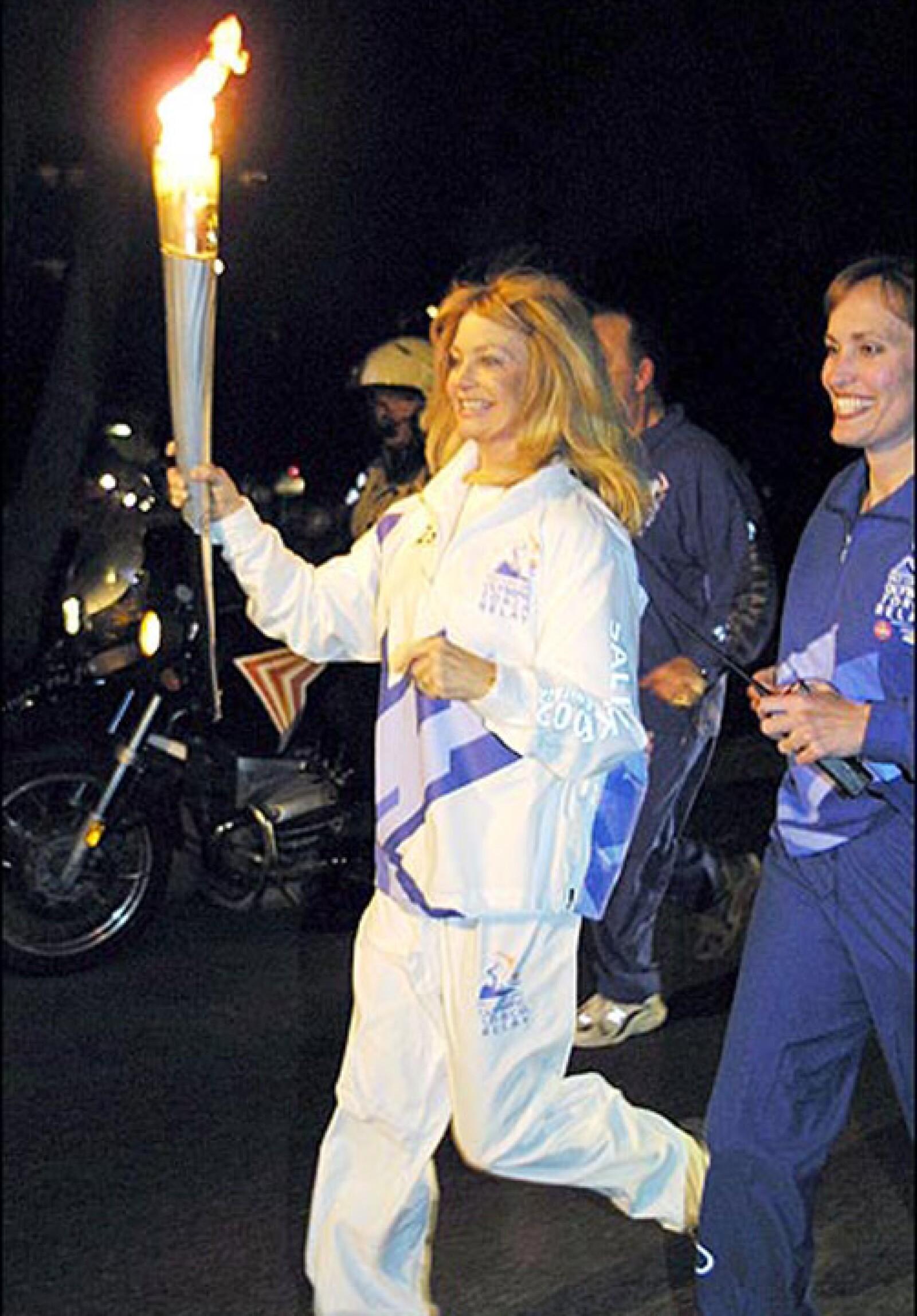 Goldie Hawn corrió con la llama olímpica para Salt Lake 2002.