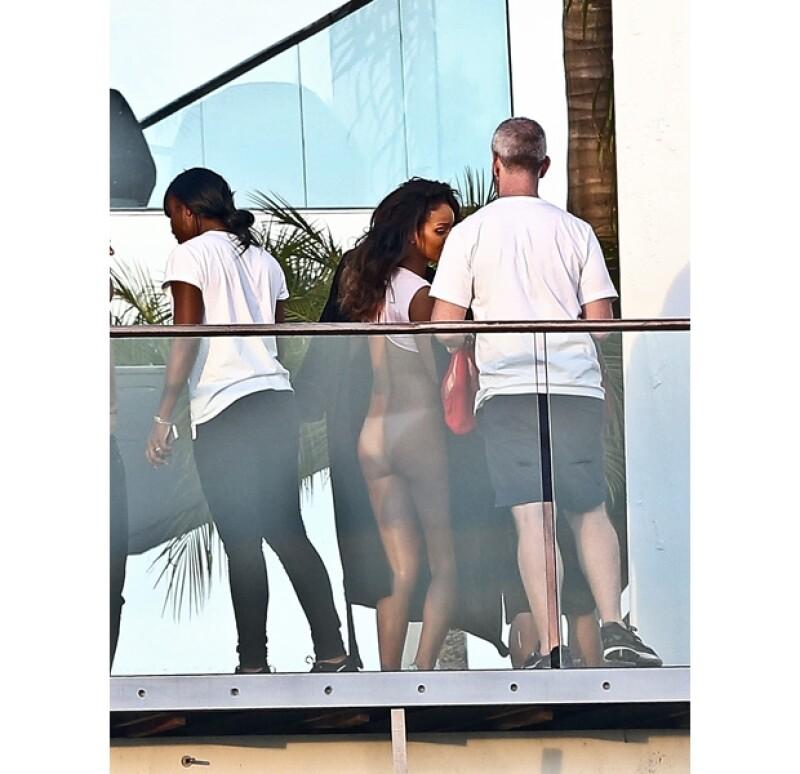 Rihanna sólo tenía puesto un diminuto top y un par de adidas.