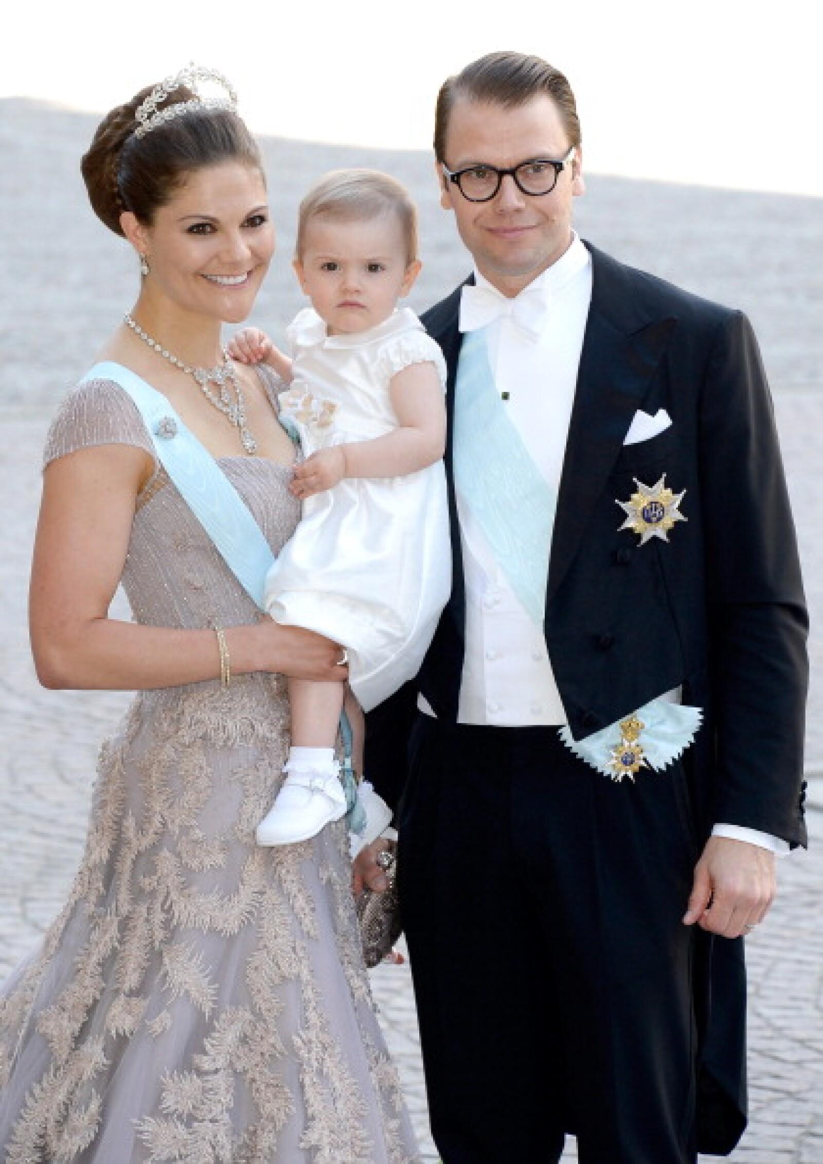 10.Los Príncipes de Suecia y su hija Estelle de 1 año.