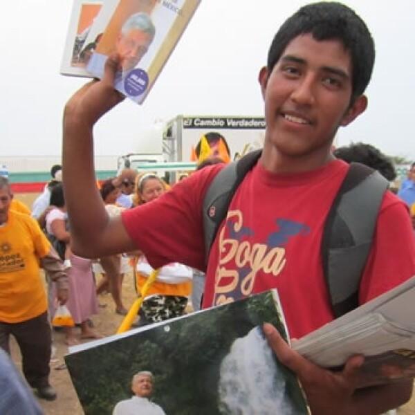 Un año con AMLO. en su mitin de Coatzacoalcos, Veracruz, un joven vende calendarios con imágenes de AMLO