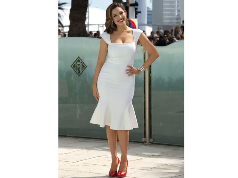 Kelly Brook  fue sorprendida por un presunto fan mientras realizaba una sesión fotográfica en el marco del Festival de Cannes.