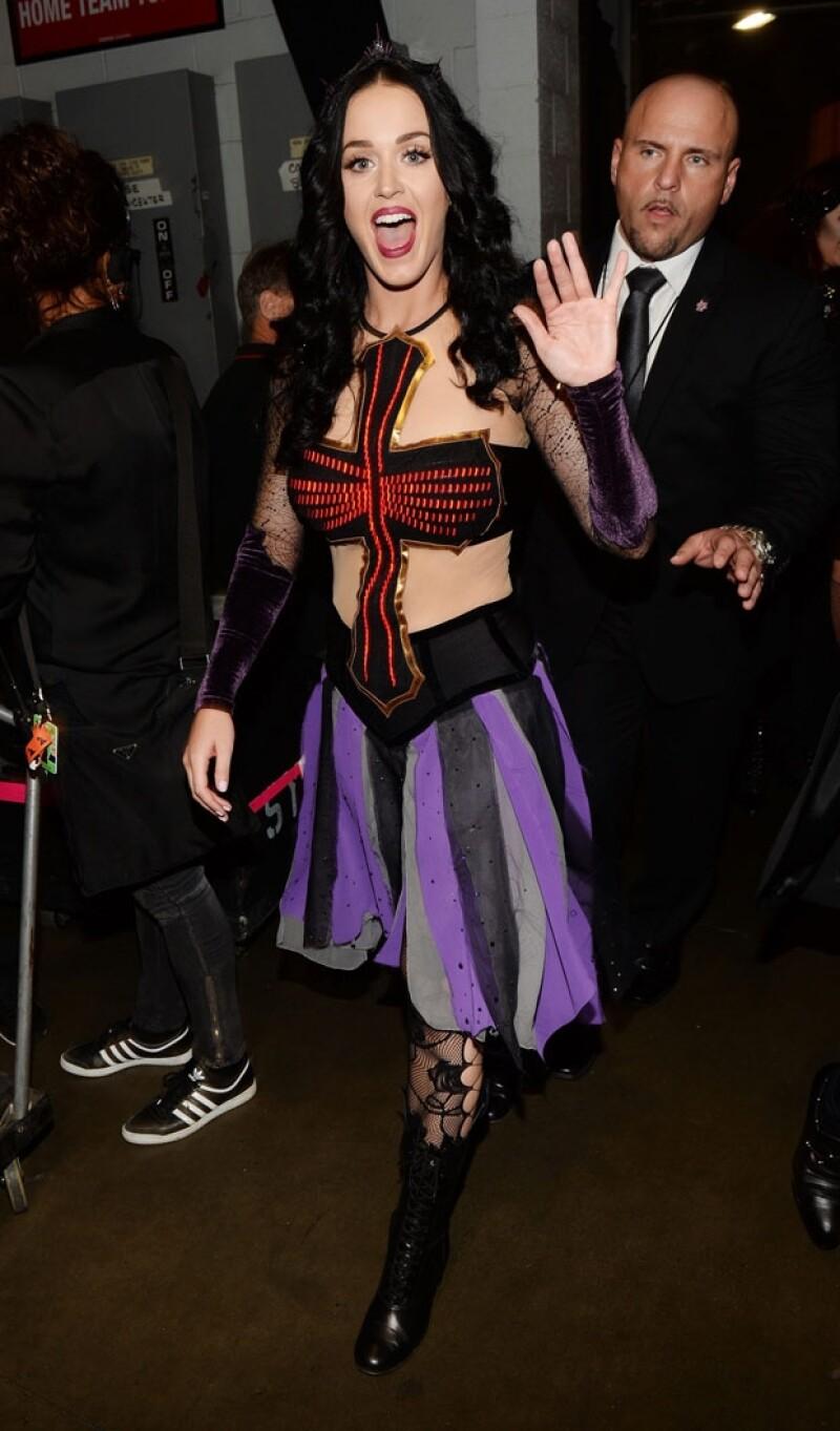 Durante su show en la entrega de premios Perry lució este outfit gótico.