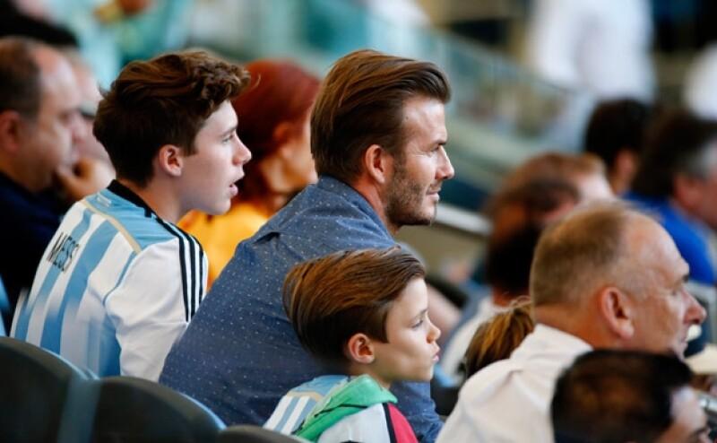 Los hombres de la familia Beckham miraban atentamente el partido en el que Alemania se coronó como campeón de la Copa del Mundo.