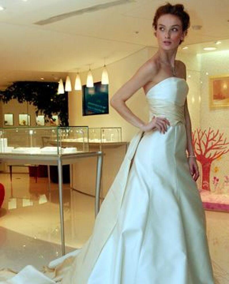 Los vestidos con cola están en boga, como este de Carolina Herrera.