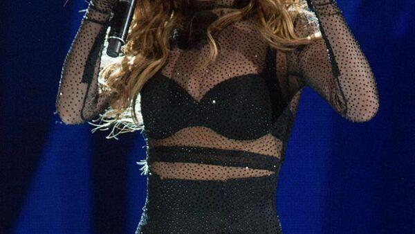 En su concierto en Oklahoma la cantante se resbaló mientras bajaba las escaleras pero, a diferencia de Justin Bieber, supo recuperarse como toda una profesional.