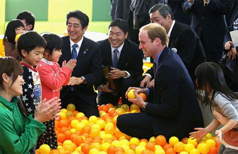 Además, el esposo de Kate Middleton sacó su lado paternal al jugar con varios niños.