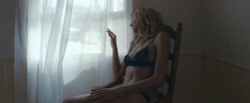 La sensual modelo alemana mostró algo de su propia línea de lencería.