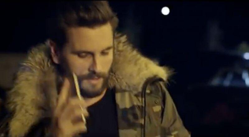 Como si mostrara su &#39verdadero yo&#39, la ex pareja de Kourtney Kardashian aparece en el nuevo video del cantante.