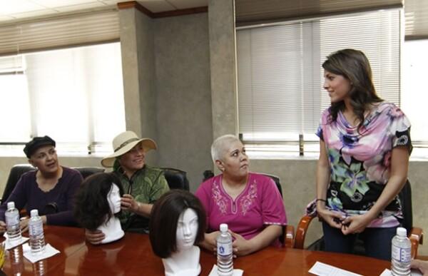 Entregando pelucas a mujeres con cáncer.