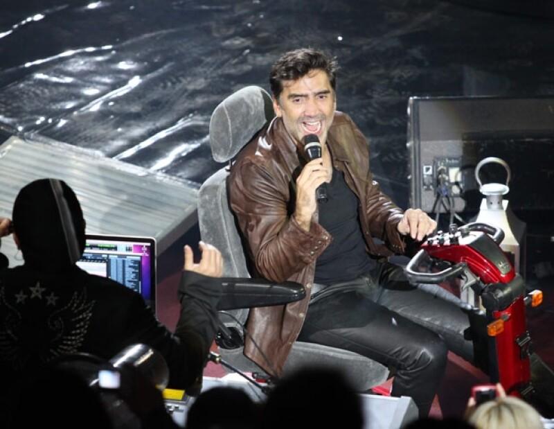 Alejandro Fernández manejó un pequeño carro para salir a cantar en el Palenque de León y de esta forma no lastimarse su rodilla recién operada.