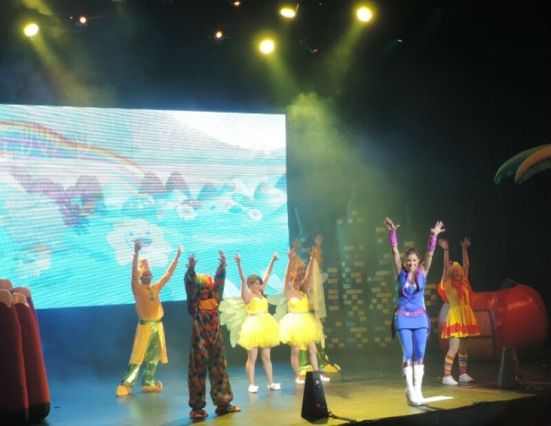 El espectáculo estuvo lleno de coreografías que los niños siguieron junto a la artista.