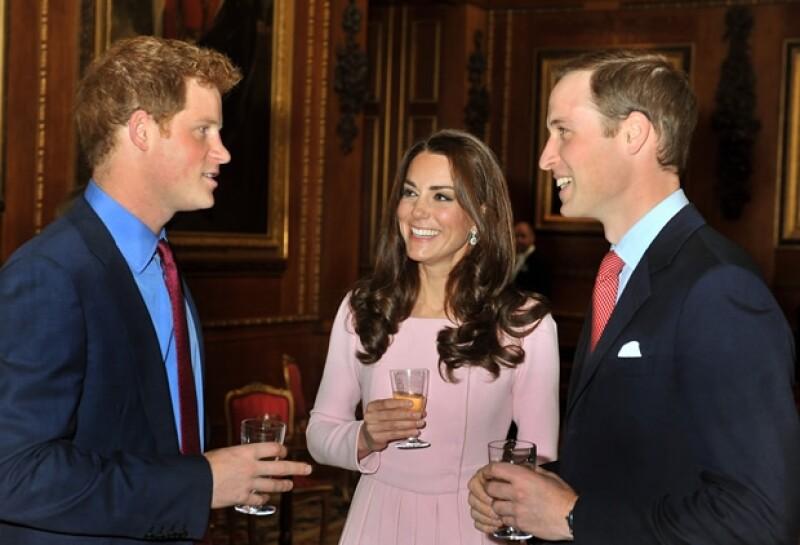 El príncipe Enrique, la duquesa Kate y el príncipe Guillermo.