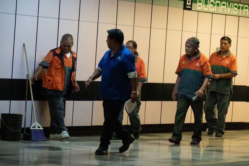 Trabajadores de limpieza en el Metro