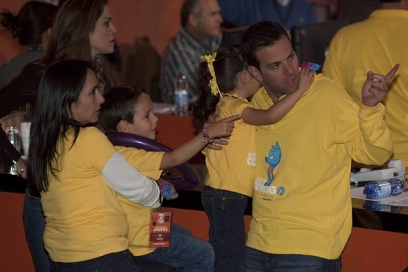 Aquí con su esposa Berenice Yaber y sus dos hijos durante el Teletón 2011.